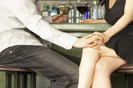 カップルのためのシングル、かわいいホットセックスゲームは、きれいな周りの舌をスライドさせる
